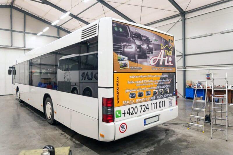 aplikace děrované certifikované fólie, reklama na autobus