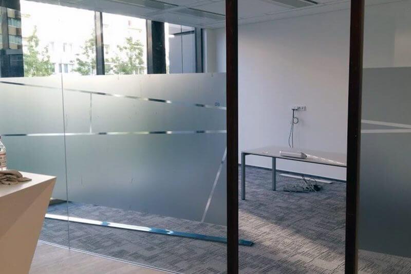 skleněné plochy polepené pískovací imitací, sklo v kanceláři