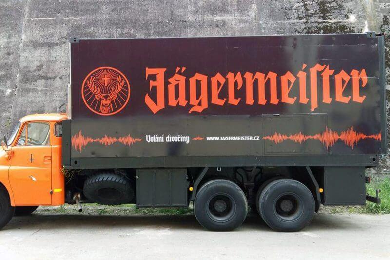 Speciální velkoplošná reklama na nákladním autě