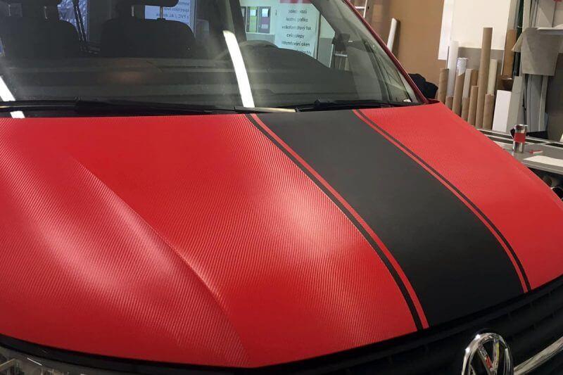 carbonová kapota, aplikace na haupnu, víko od motoru polepené červeně
